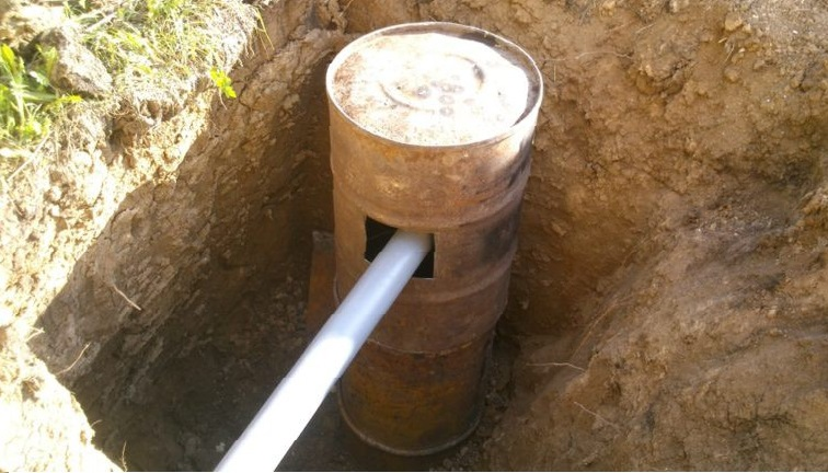 Выгребная яма из железных бочек